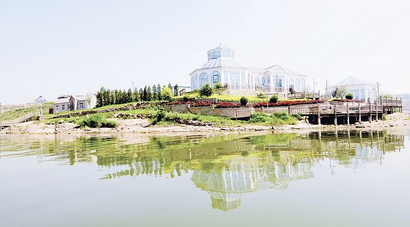 正在兴建的欧式建筑群  游客登上游船观赏咕噜湖风光 沁县莱茵湖郡是依托圪芦湖美丽的自然山水风光实施的旅游综合开发项目。景区规划面积10平方公里,采用欧式建筑风格,总建筑面积260万平方米,建筑占地2000亩,主要建设内容包括欧式庄园建筑、欧式经典园林等,项目总投资约32亿元。
