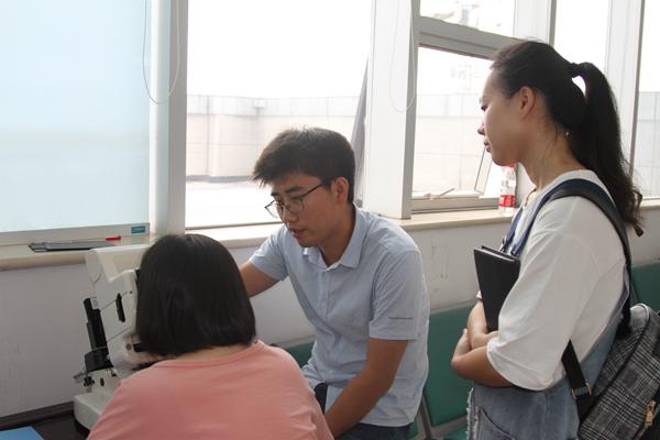 19 专家指导基层医务人员正确测量视力.jpg